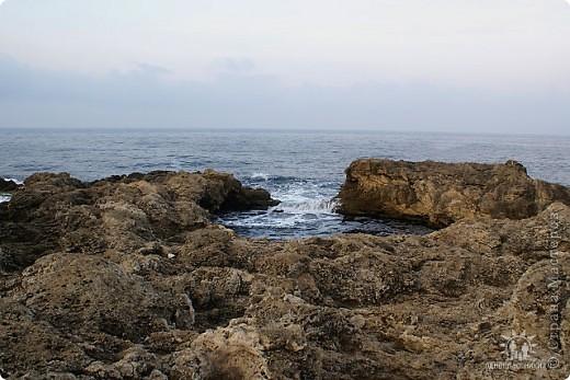 Мыс Тарханкут, полуостров Тарханкут находятся на западе Крыма.  Уникальная природная экосистема и самая экологически чистая акватория Черного моря находятся именно здесь.                                                                    Когда-то полуостров носил название Эски Форос, означающее Старый маяк, и правда на морских картах ХIV века, есть обозначения этого места.  Судя по названию мыса Атлеш (огонь), маяк существовал здесь с древнейших времен. Позднее появилось укрепленное сооружение, дававшее сигналы проходящим судам. Маяк существует и в наше время (башня высотой 42 м была построена из белого инкерманского известняка в 1816 г), нынче это современное строение оборудованное по последнему слову техники. фото 25