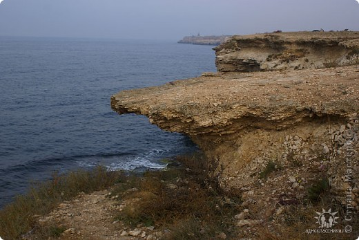 Мыс Тарханкут, полуостров Тарханкут находятся на западе Крыма.  Уникальная природная экосистема и самая экологически чистая акватория Черного моря находятся именно здесь.                                                                    Когда-то полуостров носил название Эски Форос, означающее Старый маяк, и правда на морских картах ХIV века, есть обозначения этого места.  Судя по названию мыса Атлеш (огонь), маяк существовал здесь с древнейших времен. Позднее появилось укрепленное сооружение, дававшее сигналы проходящим судам. Маяк существует и в наше время (башня высотой 42 м была построена из белого инкерманского известняка в 1816 г), нынче это современное строение оборудованное по последнему слову техники. фото 28
