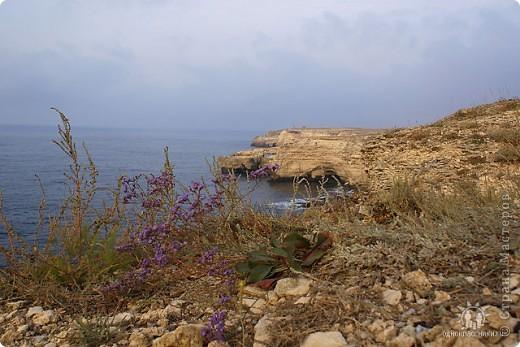 Мыс Тарханкут, полуостров Тарханкут находятся на западе Крыма.  Уникальная природная экосистема и самая экологически чистая акватория Черного моря находятся именно здесь.                                                                    Когда-то полуостров носил название Эски Форос, означающее Старый маяк, и правда на морских картах ХIV века, есть обозначения этого места.  Судя по названию мыса Атлеш (огонь), маяк существовал здесь с древнейших времен. Позднее появилось укрепленное сооружение, дававшее сигналы проходящим судам. Маяк существует и в наше время (башня высотой 42 м была построена из белого инкерманского известняка в 1816 г), нынче это современное строение оборудованное по последнему слову техники. фото 29