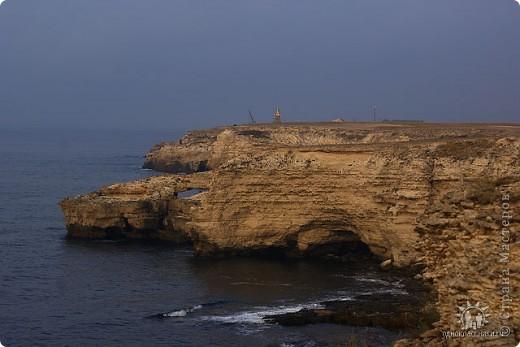 Мыс Тарханкут, полуостров Тарханкут находятся на западе Крыма.  Уникальная природная экосистема и самая экологически чистая акватория Черного моря находятся именно здесь.                                                                    Когда-то полуостров носил название Эски Форос, означающее Старый маяк, и правда на морских картах ХIV века, есть обозначения этого места.  Судя по названию мыса Атлеш (огонь), маяк существовал здесь с древнейших времен. Позднее появилось укрепленное сооружение, дававшее сигналы проходящим судам. Маяк существует и в наше время (башня высотой 42 м была построена из белого инкерманского известняка в 1816 г), нынче это современное строение оборудованное по последнему слову техники. фото 30