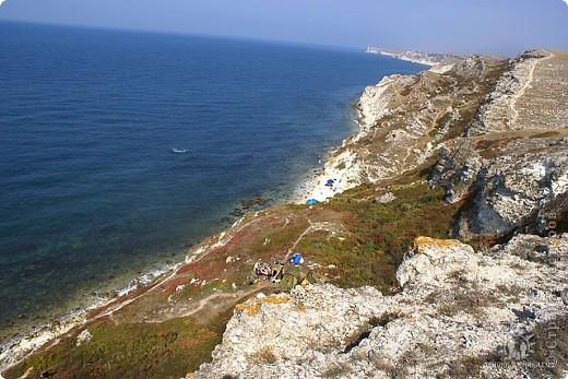 Мыс Тарханкут, полуостров Тарханкут находятся на западе Крыма.  Уникальная природная экосистема и самая экологически чистая акватория Черного моря находятся именно здесь.                                                                    Когда-то полуостров носил название Эски Форос, означающее Старый маяк, и правда на морских картах ХIV века, есть обозначения этого места.  Судя по названию мыса Атлеш (огонь), маяк существовал здесь с древнейших времен. Позднее появилось укрепленное сооружение, дававшее сигналы проходящим судам. Маяк существует и в наше время (башня высотой 42 м была построена из белого инкерманского известняка в 1816 г), нынче это современное строение оборудованное по последнему слову техники. фото 32