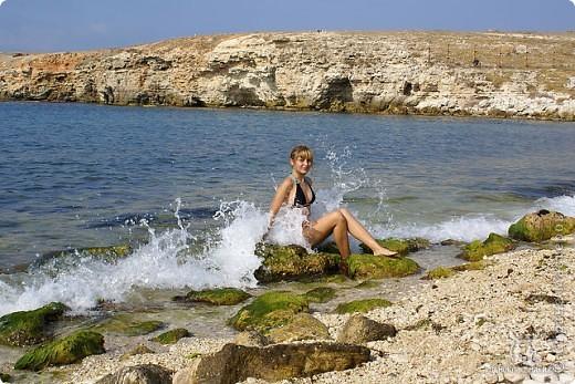 Мыс Тарханкут, полуостров Тарханкут находятся на западе Крыма.  Уникальная природная экосистема и самая экологически чистая акватория Черного моря находятся именно здесь.                                                                    Когда-то полуостров носил название Эски Форос, означающее Старый маяк, и правда на морских картах ХIV века, есть обозначения этого места.  Судя по названию мыса Атлеш (огонь), маяк существовал здесь с древнейших времен. Позднее появилось укрепленное сооружение, дававшее сигналы проходящим судам. Маяк существует и в наше время (башня высотой 42 м была построена из белого инкерманского известняка в 1816 г), нынче это современное строение оборудованное по последнему слову техники. фото 35
