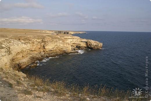 Мыс Тарханкут, полуостров Тарханкут находятся на западе Крыма.  Уникальная природная экосистема и самая экологически чистая акватория Черного моря находятся именно здесь.                                                                    Когда-то полуостров носил название Эски Форос, означающее Старый маяк, и правда на морских картах ХIV века, есть обозначения этого места.  Судя по названию мыса Атлеш (огонь), маяк существовал здесь с древнейших времен. Позднее появилось укрепленное сооружение, дававшее сигналы проходящим судам. Маяк существует и в наше время (башня высотой 42 м была построена из белого инкерманского известняка в 1816 г), нынче это современное строение оборудованное по последнему слову техники. фото 5