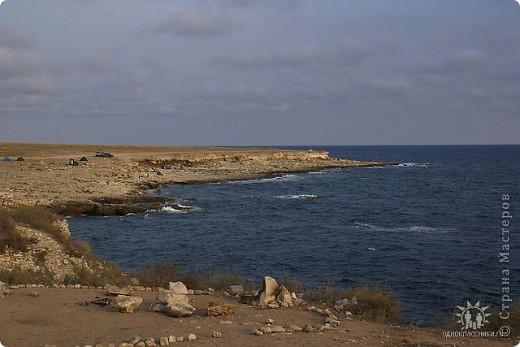 Мыс Тарханкут, полуостров Тарханкут находятся на западе Крыма.  Уникальная природная экосистема и самая экологически чистая акватория Черного моря находятся именно здесь.                                                                    Когда-то полуостров носил название Эски Форос, означающее Старый маяк, и правда на морских картах ХIV века, есть обозначения этого места.  Судя по названию мыса Атлеш (огонь), маяк существовал здесь с древнейших времен. Позднее появилось укрепленное сооружение, дававшее сигналы проходящим судам. Маяк существует и в наше время (башня высотой 42 м была построена из белого инкерманского известняка в 1816 г), нынче это современное строение оборудованное по последнему слову техники. фото 7