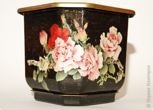 Цветочное пластиковое кашпо, декорировано в технике декупаж, искусственно состаренно, покрыто стекловидным лаком. фото 1