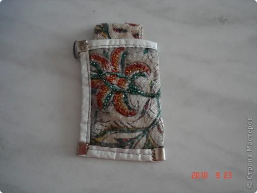 История этой сумки такова. Я не смогла смотреть на то как привезенная вещь из Ирана, пылиться у родителей. Рисунок на ткань нанесен в ручную способом штамповки (это национальное ремесло Ирана). И я в нее вдохнула вторую жизнь. Сшила сумку и расшила бисером. фото 3