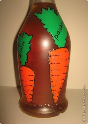 Бутылка была задумана в подарок хорошему другу по имени Володя. В детстве к большинству Владимиров обращаются как, - Вовка-морковка ))))) Одна морковка на бутылке смотрелась бы как-то странно, а вот с зайцем вроде бы органично смотрится ))). фото 5