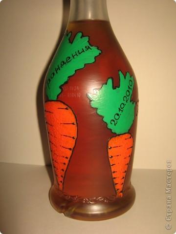 Бутылка была задумана в подарок хорошему другу по имени Володя. В детстве к большинству Владимиров обращаются как, - Вовка-морковка ))))) Одна морковка на бутылке смотрелась бы как-то странно, а вот с зайцем вроде бы органично смотрится ))). фото 4