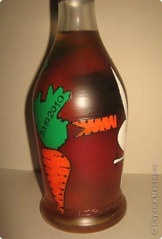 Бутылка была задумана в подарок хорошему другу по имени Володя. В детстве к большинству Владимиров обращаются как, - Вовка-морковка ))))) Одна морковка на бутылке смотрелась бы как-то странно, а вот с зайцем вроде бы органично смотрится ))). фото 3