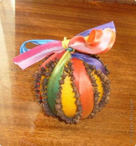 Декоративный поумендер в разноцветной ленточке. фото 1