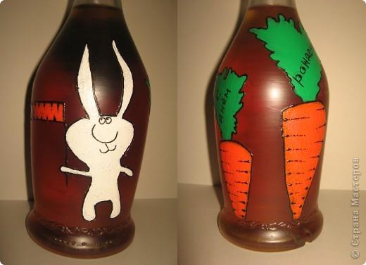 Бутылка была задумана в подарок хорошему другу по имени Володя. В детстве к большинству Владимиров обращаются как, - Вовка-морковка ))))) Одна морковка на бутылке смотрелась бы как-то странно, а вот с зайцем вроде бы органично смотрится ))). фото 1