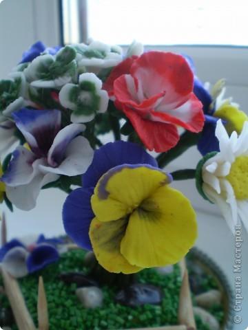Вот такой букетик в маленьком саду у меня получился. Здесь есть ромашки, какие -то маленькие цветочки и анютины глазки. Цветы анютины глазки я люблю с детства. Все время просила маму их посадить на даче. Вот решила их создать сама. Не знаю насколько реалистичны они получились. фото 3