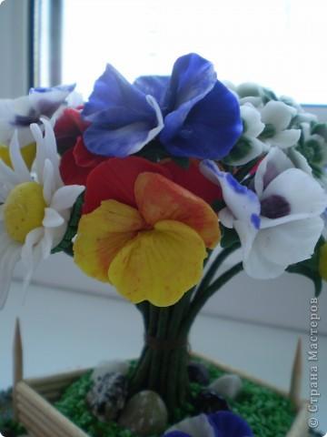 Вот такой букетик в маленьком саду у меня получился. Здесь есть ромашки, какие -то маленькие цветочки и анютины глазки. Цветы анютины глазки я люблю с детства. Все время просила маму их посадить на даче. Вот решила их создать сама. Не знаю насколько реалистичны они получились. фото 5