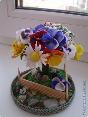 Вот такой букетик в маленьком саду у меня получился. Здесь есть ромашки, какие -то маленькие цветочки и анютины глазки. Цветы анютины глазки я люблю с детства. Все время просила маму их посадить на даче. Вот решила их создать сама. Не знаю насколько реалистичны они получились. фото 1