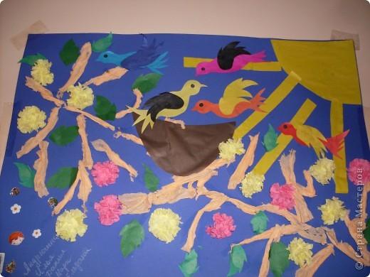 С детишками 2-3 лет,наша первая групповая работа.Идея взята отсюда.В начале занятия ,я показала детям настоящее гнездо,затем каждый зделал свою птичку и веточки из салфеток,затем все вместе творили картину.Они такие молодцы,дружно и весело прошло занятие. фото 1