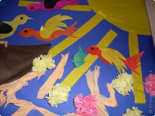 С детишками 2-3 лет,наша первая групповая работа.Идея взята отсюда.В начале занятия ,я показала детям настоящее гнездо,затем каждый зделал свою птичку и веточки из салфеток,затем все вместе творили картину.Они такие молодцы,дружно и весело прошло занятие. фото 2
