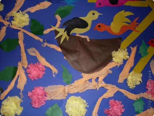 С детишками 2-3 лет,наша первая групповая работа.Идея взята отсюда.В начале занятия ,я показала детям настоящее гнездо,затем каждый зделал свою птичку и веточки из салфеток,затем все вместе творили картину.Они такие молодцы,дружно и весело прошло занятие. фото 3
