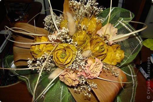 Таких букетов много в нашей стране, но ..Дочка уговорила показать наш. Делали для осенней выставки. Все ( кроме одной) розы делала дочка, собирали вместе. Букет показался нам не очень объемным, поэтому добавили засушенные розы.
