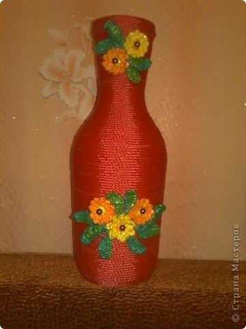 Бутылка красивой формы+цветная бельевая веревка+цветочки, связанные из цветных полиэтиленовых пакетиков+бусины =  фото 2