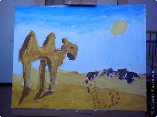Вот такую картину акрилом нарисовала моя племянница Елизавета.Веблюд идет по пустыне,светит солнце.В далеке виднеются верблюды и следы. фото 1