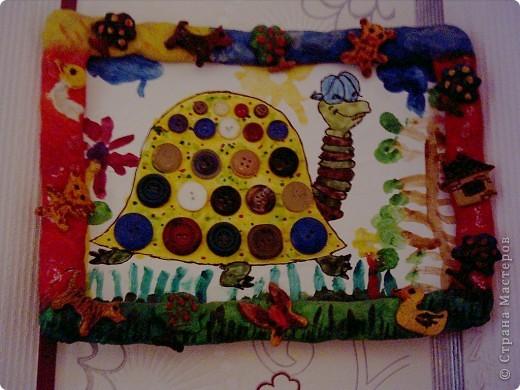 Решили с племяшкой ,пока она гостила у меня в гостях,сделать подарок для мамочки.Я нариссовала контур черепахи,она все остальное,затем решили,украсите ее панцерь пуговицами,ну а для завершения,сделали рамочку из соленого теста и расскрасили ее.Мамочке подарок понравился )))))))). Елизавета 4 года.