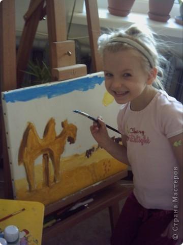 Вот такую картину акрилом нарисовала моя племянница Елизавета.Веблюд идет по пустыне,светит солнце.В далеке виднеются верблюды и следы. фото 4