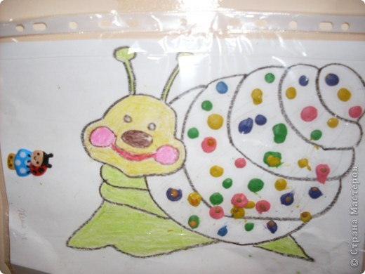 Нарисовала улитку,а Женя делал пластилиновые лепехи,и втыкал в них крупу.Женя 3 года(ребенок с ограниченными возможностями).