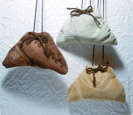 Эти простые и незатейливые сумочки из обрезков  мебельного флока выполняются очень быстро. фото 10