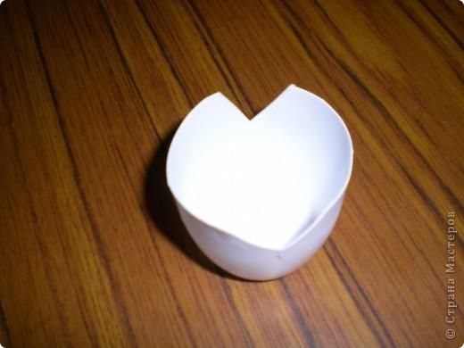 Вот такие подставочки под кисточки для детишек в детском саду я придумала. У стаканчика от йогурта орезала дно,а по бокам сделала 2 выреза.Отрезанное донышко используем как ёмкость для клея. фото 3