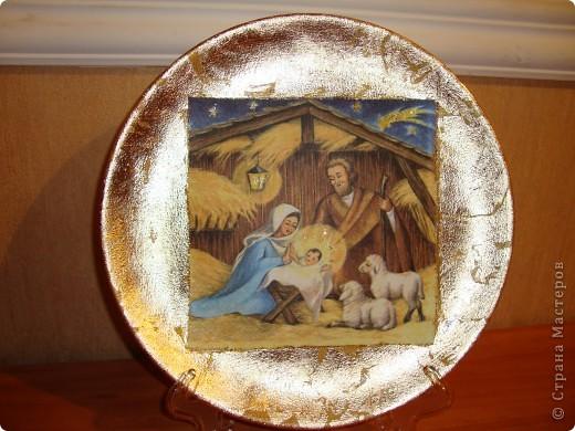 """Тарелка """"Рождество Христово"""".Прямой декупаж поталь золотая краска салфетка золотая краска с блесками акрил клей и лак.Никак не могла хорошо сделать фото-поталь блестит. фото 1"""