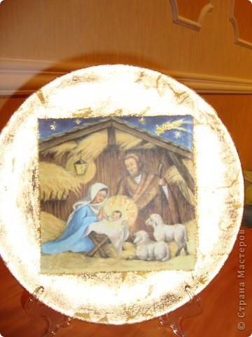 """Тарелка """"Рождество Христово"""".Прямой декупаж поталь золотая краска салфетка золотая краска с блесками акрил клей и лак.Никак не могла хорошо сделать фото-поталь блестит. фото 3"""