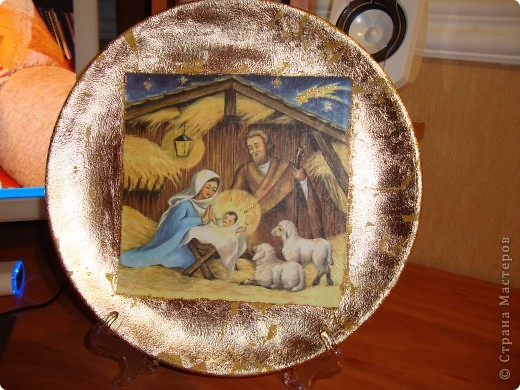 """Тарелка """"Рождество Христово"""".Прямой декупаж поталь золотая краска салфетка золотая краска с блесками акрил клей и лак.Никак не могла хорошо сделать фото-поталь блестит. фото 4"""