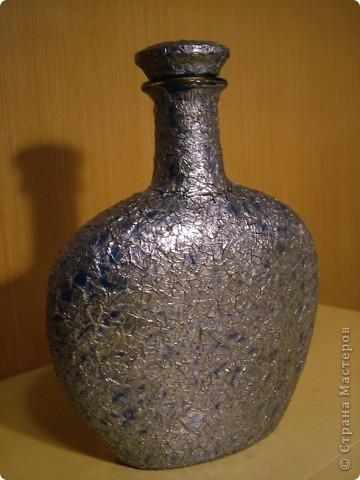 Стекляная бутылка , декорированная в технике обратный декупаж, с применением фацетного лака. фото 4