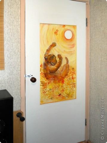 """""""Лист в прожилках желто-алых,  Пересыпан желтизной.  Рыжий вал волной вздувало  Над осеннею землей....""""  Динабургский  ...Рыжий кот,играя в опавшей листве, ловит солнце, приняв его за лист. Рисовалось маслом на двери любимого человека (сейчас любимого мужа :)) фото 4"""