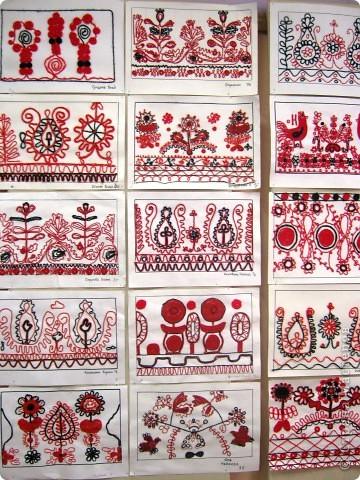 По программе Б.М.Неменского в 7 классе (а кто-то дает в пятом) есть задание: импровизация на тему древних образов в узорах вышивок на полотенце. Это задание мы не рисуем, а выклеиваем нитками по рисунку. Вот что получилось: фото 14