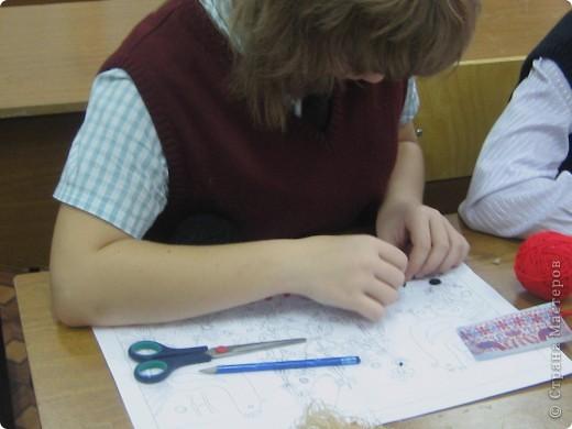 По программе Б.М.Неменского в 7 классе (а кто-то дает в пятом) есть задание: импровизация на тему древних образов в узорах вышивок на полотенце. Это задание мы не рисуем, а выклеиваем нитками по рисунку. Вот что получилось: фото 7