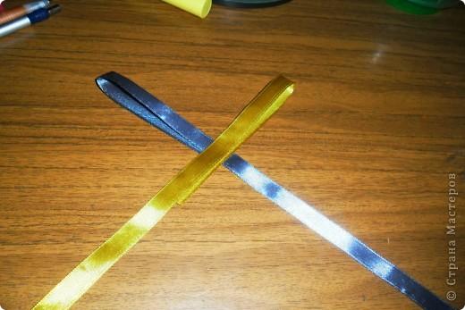 1. Нам понадобится две ленты по метру разных цветов.   фото 2