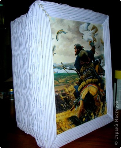 Это моя первая,пробная работа!......Короб плетеный из бумаги, внутри отделан тканью! Крышка оформленна листом из прошлогоднего календаря (под лист чуть подложила синтепон). фото 1