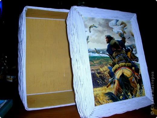 Это моя первая,пробная работа!......Короб плетеный из бумаги, внутри отделан тканью! Крышка оформленна листом из прошлогоднего календаря (под лист чуть подложила синтепон). фото 2