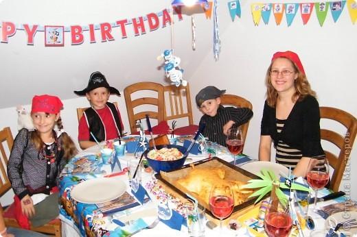 День рождения любимого пирата - декор, газета, стол и мы))) фото 25