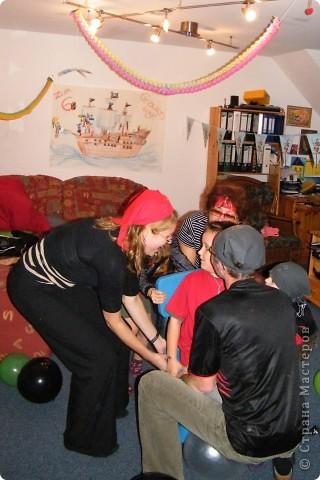 День рождения любимого пирата - декор, газета, стол и мы))) фото 29