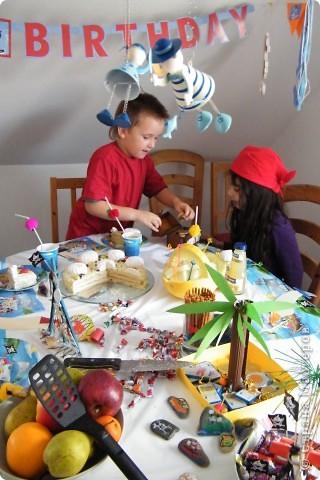 День рождения любимого пирата - декор, газета, стол и мы))) фото 41