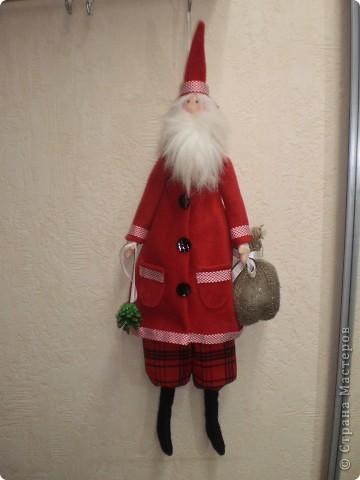 Два Санта Клауса. Рост 70 см с колпачком. Пальто из флиса. Борода у одного из меха , у другого из покупной бороды деда мороза. фото 2