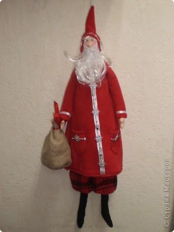 Два Санта Клауса. Рост 70 см с колпачком. Пальто из флиса. Борода у одного из меха , у другого из покупной бороды деда мороза. фото 3
