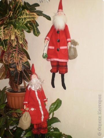 Два Санта Клауса. Рост 70 см с колпачком. Пальто из флиса. Борода у одного из меха , у другого из покупной бороды деда мороза. фото 1