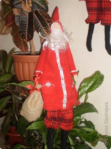 Два Санта Клауса. Рост 70 см с колпачком. Пальто из флиса. Борода у одного из меха , у другого из покупной бороды деда мороза. фото 4