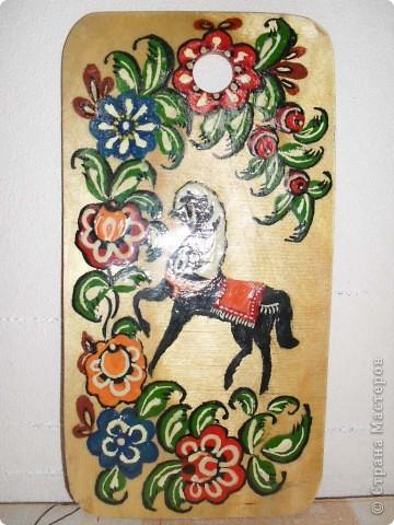 Старший сын Артем (10 лет) в художественной школе сделал для меня вот такой подарок. Роспись на доске.