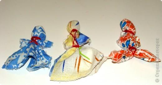 Ребенок до 3-х лет был чадом, дитятко, дитем, т.е. среднего рода, ходил в простой рубашке, сверху поясок - веревочка, некоторое дети ходили и дольше. Детская одежда древних славян была одинакова для девочек и для мальчиков и состояла из одной длинной, до пят, полотняной рубахи. Давайте, попробуем отгадать, кто изображен на картине: мальчик или девочка?  фото 21