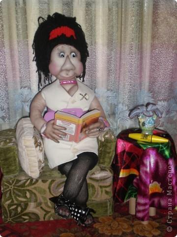 Моя первая каркасная кукла (конечно первый блин комом) рост 63 см , диванчик и столик для нее сделала сама! Не судите строго, делала все на глаз т.к нигде не могла найти МК по изготовлению туловища!!!