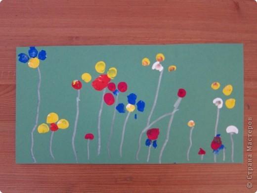 """Рисование ладошкой и пальчиками.Мне очень понравилась книга И.Мальцевой """"Пальчиковые игры для детей от 3-7лет"""" программа для мамы,2010,Санкт-Петербург,очень удачная разработка,в ней есть целый комплекс заданий и упражнений на развитие мелкой моторики,но отдельно для себя я выделила-изобразительные игры с красками и вот ,что получилось.. цветы на поляне,гуашь,отпечатки пальчиками на цветном картоне,стебли-гелевая ручка-фломастер с металиком..."""